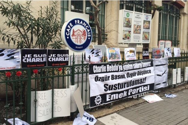 Hommages aux victimes des attaques terroristes devant le café de l'Institut français à Istanbul.