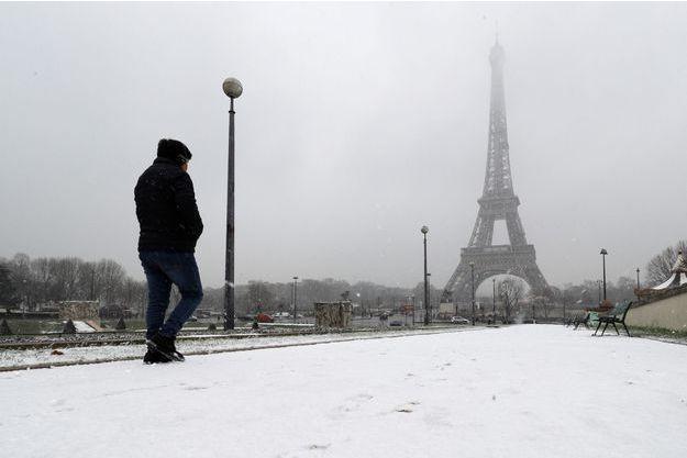La neige à Paris est tombée lundi.