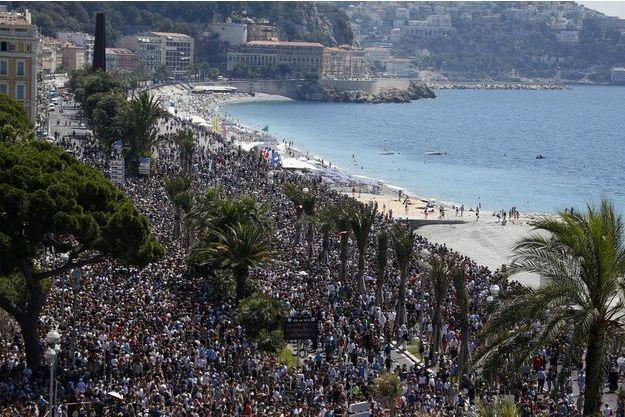 Lundi, des milliers d'anonymes sur la Promenade des Anglais