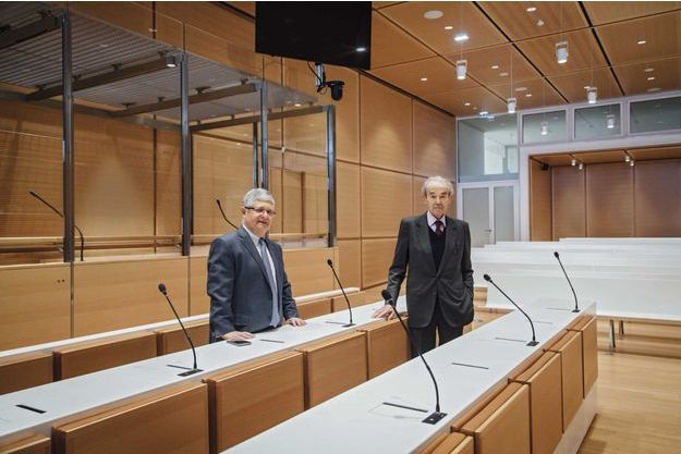 Robert Badinter, 89 ans (à dr.), et Jean-Michel Hayat, 62 ans,  dans la salle des «grands procès»: deux box peuvent y accueillir trente prévenus.