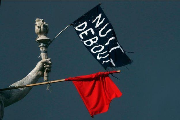 Des drapeaux rouge et noir accroché à la statue de la République le 8 avril 2016.