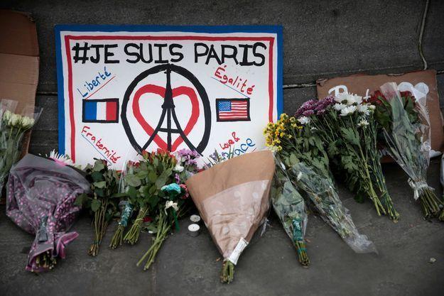 """Des fleurs en hommage aux victimes des attentats déposés Trafalgar Square, à Londres, sous un panneau: """"Je suis Paris""""."""