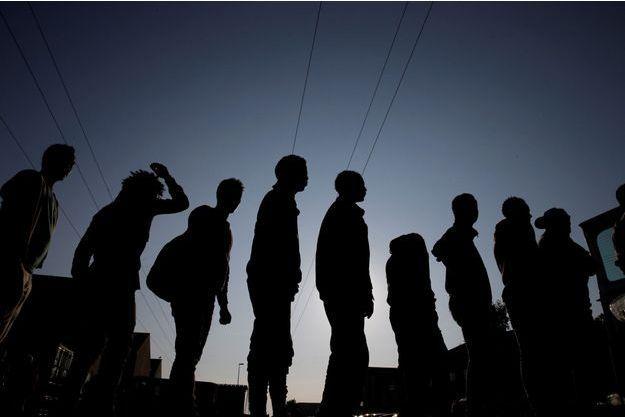 Des migrants érythréens et éthiopiens à Calais, en août 2017 (image d'illustration).