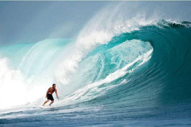 Eté 2010, il teste des vagues géantes en Indonésie.