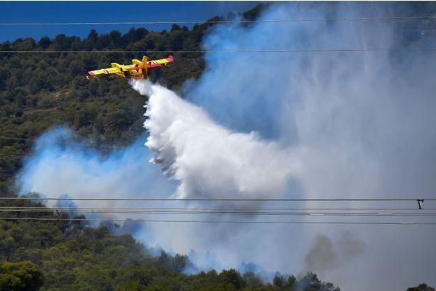 Un canadair tente de maîtriser le feu à Mirabeau et ses alentours, où plusieurs habitants ont été évacués.