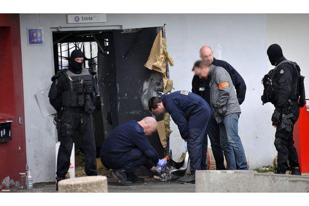 Les enquêteurs devant la prison, après l'évasion de Redoine Faïd.