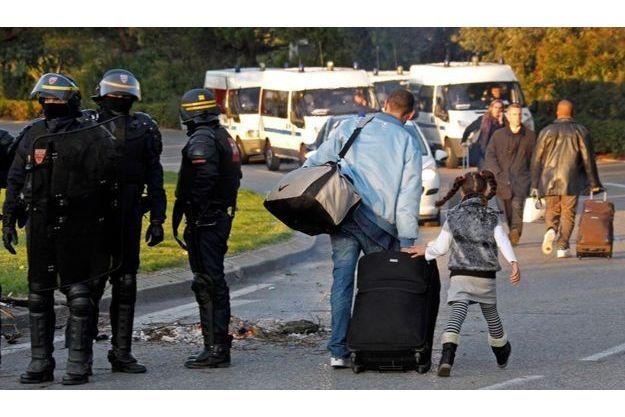 L'aéroport Marseille-Provence étant bloqué, les passagers persévérants étaient contraints de se rendre à pieds jusqu'à leur avion.