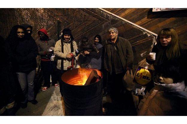 Lyon, dimanche 5février, 21heures, près de la gare de Perrache.  L'association TFTM (T'as faim ? Tu manges !), un collectif d'habitants (à g.de la photo, trois de ses membres), vient de terminer  la distribution de soupe chaude qu'elle organise chaque semaine.