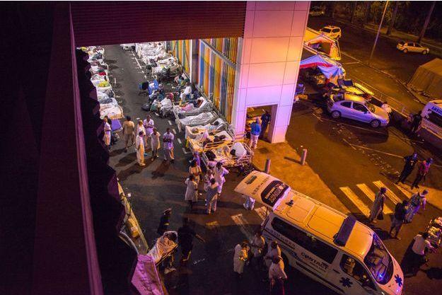 Les patients de l'hôpital de Pointe-à-Pitre, en attente d'être orientés, suite au violent incendie qui a ravagé mardi l'établissement.