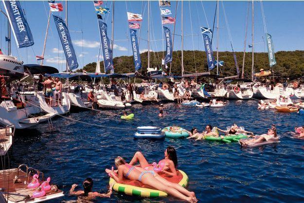 Tandis que se dissipent les vapeurs d'alcool, les bateaux forment deux cercles, au centre duquel les couples de la veille se reforment… quand ils se reconnaissent.