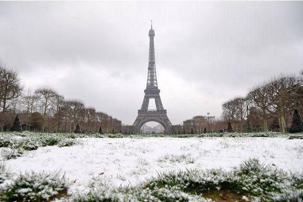 La Tour Eiffel sous la neige le 6 février 2018.