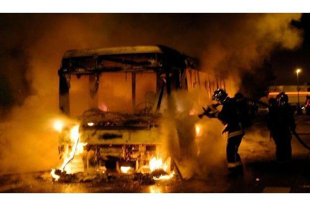 Un bus incendié au Blanc-Mesnil (Seine-Saint-Denis) lors des émeutes en banlieue de 2006.