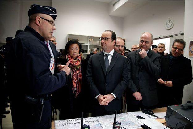Bruno Le Roux à la droite de François Hollande lors de la visite du QG de la sécurité près des Champs-Elysées, à Paris.