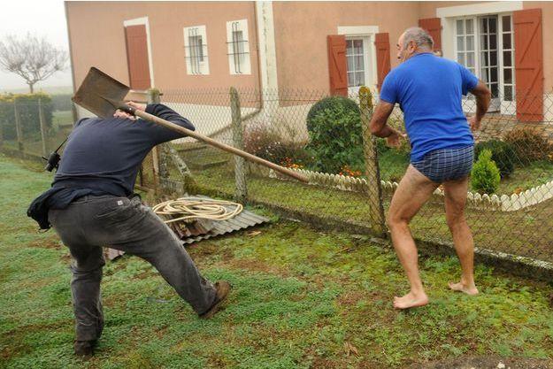 Jean-Marc Dutouya frappant à coups de pelle un militant de la LPO, le 9 novembre 2015.