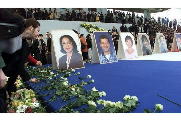 Le 2 avril 2002, une cérémonie était organisée en hommage aux victimes à Nanterre.