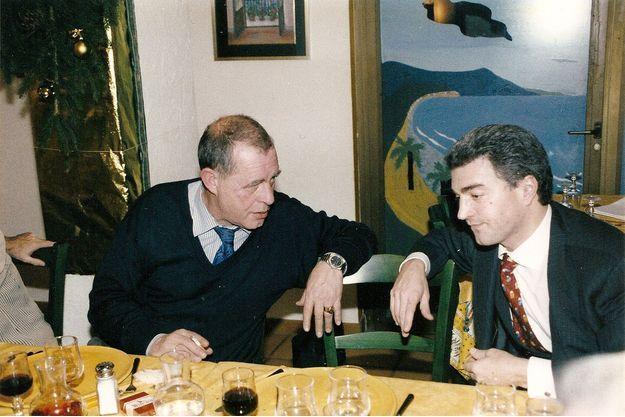 François Rouge (à dr), en 2001, avec Jack Sigolet, ancien d'Elf, dans un restaurant des environs de Genève.