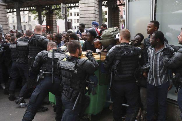 L'évacuation, ce vendredi matin à Paris.