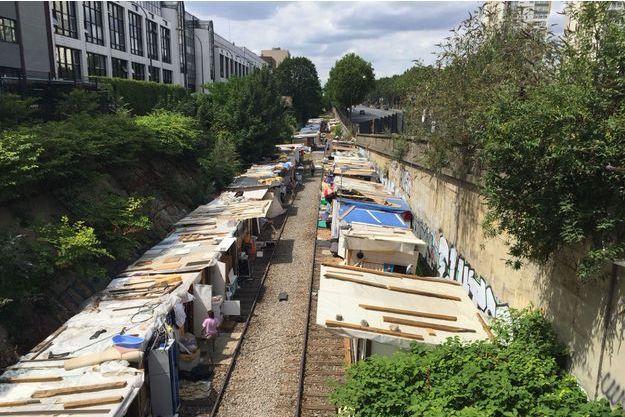 Ce campement s'est installé sur l'ancienne voie ferrée, porte des Poissonniers, dans le XVIIIème arrondissement de Paris.
