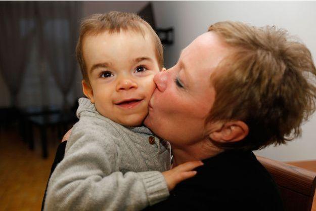 Ilan, 2 ans et demi, dans les bras de Sandrine, sa maman. Atteint d'une maladie neurodégénérative, il est aujourd'hui sous thérapie génique grâce au financement du Téléthon.