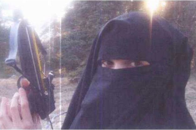 Hayat Boumeddiene jeune femme portant le niqab, tenant une arbalète lors d'une séance de tir. Des photographies prises par le couple, en 2010, au cours d'un séjour dans le Cantal, chez Djamel Beghal, alors assigné à résidence à Murat.