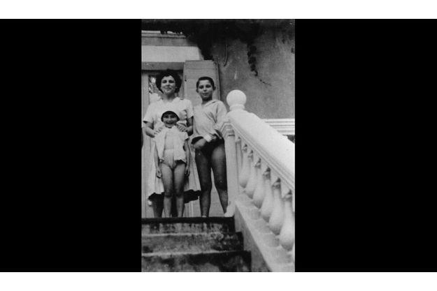 Jean-Pierre Foucault avec sa mère et une de ses sœurs.