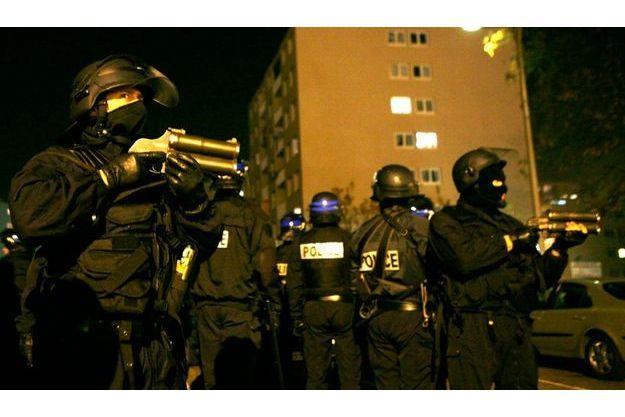 Des policiers sur le qui-vive lors des violences urbaines de novembre 2007 à Villiers-le-Bel.