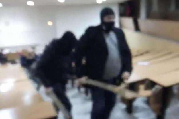 Une capture écran de la vidéo de l'expulsion d'étudiants de la fac de droit de Montpellier dans le nuit du 22 au 23 mars.