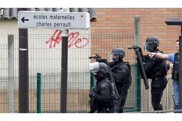 Les policiers du RAID interviennent dans l'école Charles Perrault.