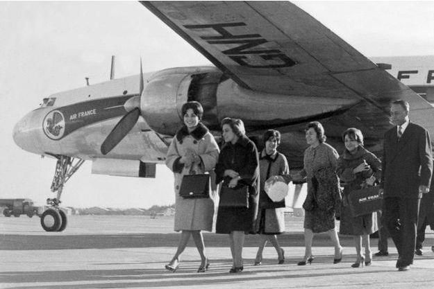 La future impératrice Farah Diba (à gauche), fiancée du shah d'Iran Mohamed Reza Pahlavi, marchant sur le tarmac à son arrivée à l'aéroport de Téhéran, le 22 novembre 1959, alors qu'elle vient de descendre d'un avion Air France en provenance de Paris. (Photo d'illustration)