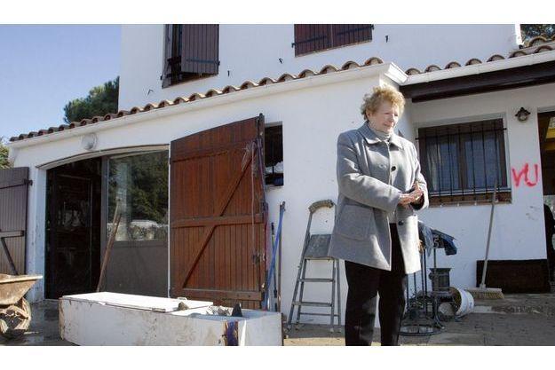 Vendredi 5 mars, en début d'après-midi, Ida Limouzin, 82 ans, devant sa maison dévastée.  A l'intérieur, pompiers et bénévoles sont à pied d'œuvre pour nettoyer la boue qui a tout envahi.  Ida n'est pas rentrée dans sa maison. Sa fille, Chantal, a voulu lui éviter un deuxième choc.