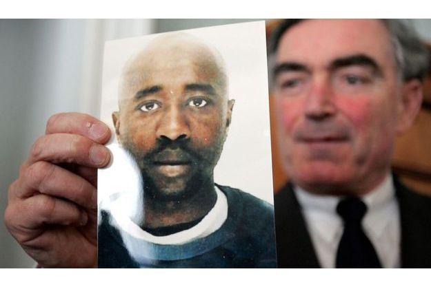 En 2006, le procureur Jean-Claude Marin tenant la photo de Youssouf Fofana.