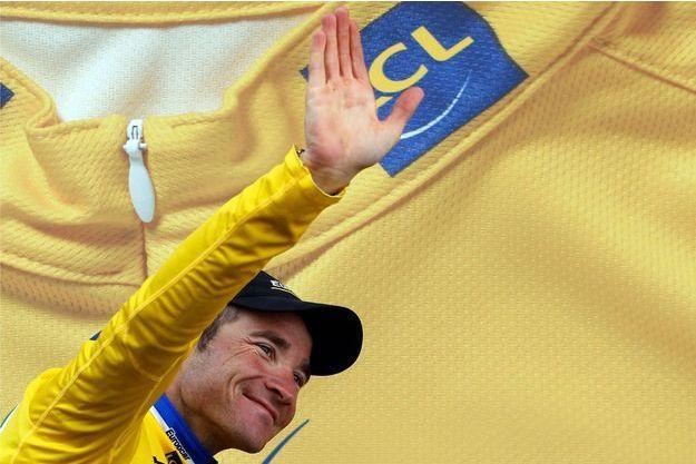 Thomas Voeckler, ici avec le maillot jaune à Serre Chevalier, lors du Tour 2011.