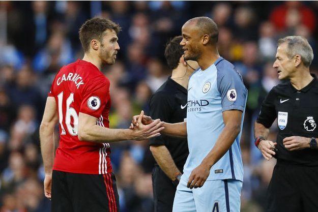 Michael Carrick et Vincent Kompany se serrent la main avant le match Manchester United/Manchester City, en avril dernier.