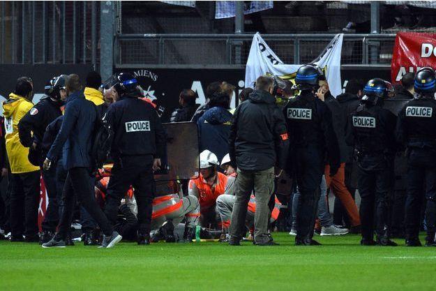 Les secours et la police aident les blessés samedi soir à Amiens.