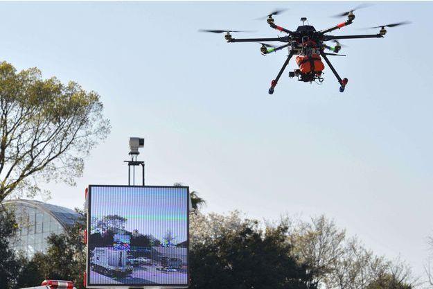Démonstration di drone de la police de Tokyo, le 31 mars 2015.