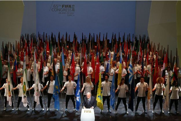 Joseph Blatter, après sa réélection, vendredi dernier, devant les 209 drapeaux des pays membres de la Fifa. Victoire sans lendemain : quatre jours après, cédant à la pression internationale, il doit démissionner.