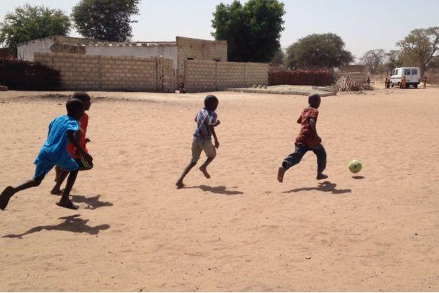 Des enfants jouant au football en Casamance au Sénégal.
