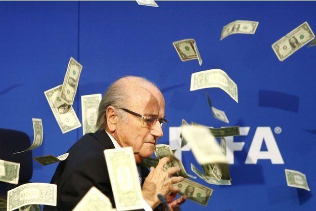 Sepp Blatter arrosé de faux billets