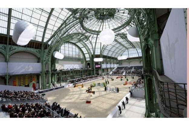 Sur la piste, Michel Robert, champion du monde et cavalier français le plus titré, fait corps avec Kellemoi de Pepita, sa jument baie. En marge du concours, Bartabas présentait un « Charivari » avec l'Académie du spectacle équestre de Versailles.