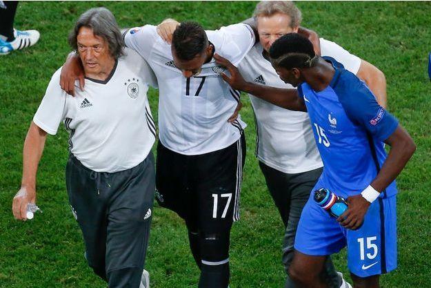 Jerome Boateng consolé par Paul Pogba lors de sa sortie sur blessure pendant la demi-finale.