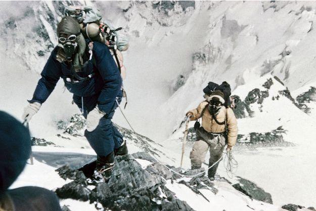 29 mai 1953, Edmund Hillary et son sherpa se lancent à l'assaut du Toit du monde.