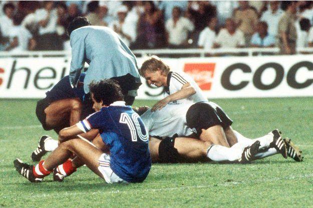 La déception de Michel Platini et la joie des allemands après le dernier tir au but réussi par Hrubesch qui les qualifie en finale de la Coupe du Monde 1982.