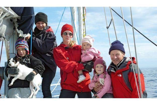 Toute la famille à bord de « La Fleur ».  Notre voyage doit durer huit mois, de l'Afrique aux portes de l'Arctique.