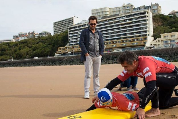 Frédéric partage sa passion du surf avec l'association Handi Surf.