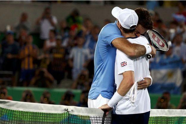 Andy Murray, à droite, reçoit l'accolade du battu du jour, Juan Manuel Del Potro