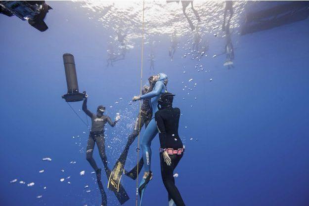 Limassol (Chypre), le 10 septembre. Les plongeurs secourent Guillaume Néry qui vient de faire un grave malaise à 10 mètres de la surface.