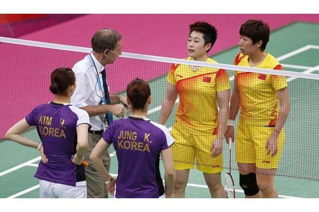 Un officiel vient demander aux doubles Chinois et Sud-Coréen d'améliorer leur jeu.
