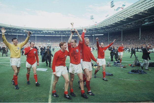 Les joueurs anglaise brandissent le trophée Jules Rimet en 1966, après avoir remporté la Coupe du monde à domicile.