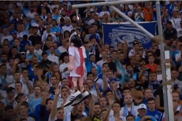 La poupée de Mathieu Valbuena pendue dans les tribunes du stade Vélodrome.