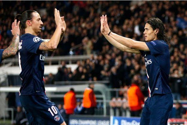 Les deux buteurs du soir se congratulent: Zlatan Ibrahimovic auteur d'un but décisif, et Edison Cavani d'un doublé.